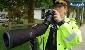 پلیس رانندگان پیامک باز را با تلسکوپ به دام میاندازد / عکس